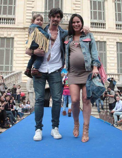 Footwear, Leg, Window, Trousers, Outerwear, Style, T-shirt, Bag, Street fashion, Jacket,