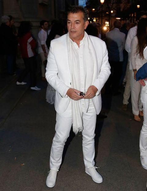 Sleeve, Trousers, Shoe, Shirt, Outerwear, White, Dress shirt, Style, Formal wear, Collar,