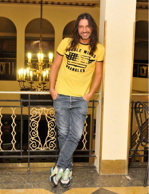 Leg, Yellow, Trousers, Denim, Shirt, Jeans, T-shirt, Style, Street fashion, Athletic shoe,