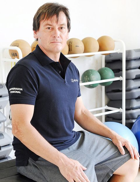 Shoulder, Elbow, Sitting, Knee, Chest, Egg, Trunk, Polo shirt, Egg, Active shirt,