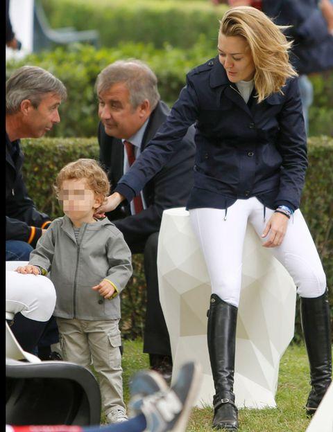 Face, Leg, Outerwear, Collar, Knee, Riding boot, Jacket, Knee-high boot, Blond, Boot,