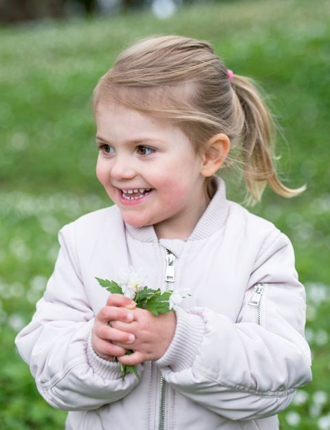 Hand, Happy, People in nature, Brown hair, Blond, Spring, Child model, Snack, Portrait photography, Vegetable,