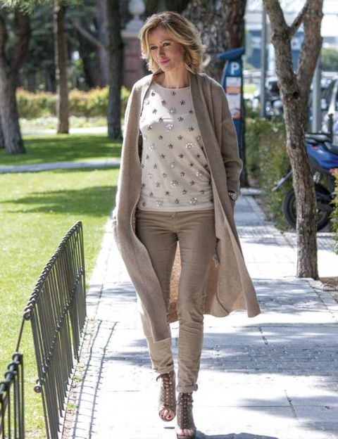 Clothing, Brown, Sleeve, Shoulder, Textile, Joint, Outerwear, Human leg, Style, Street fashion,