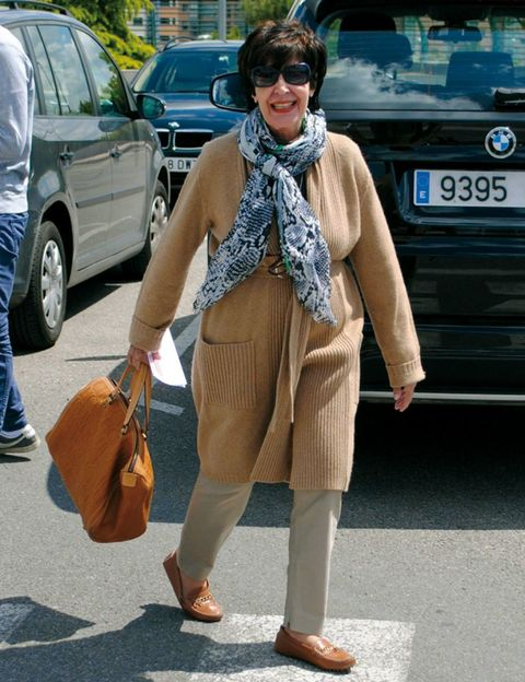 Footwear, Brown, Trousers, Textile, Automotive exterior, Shoe, Outerwear, Automotive tire, Jeans, Bag,