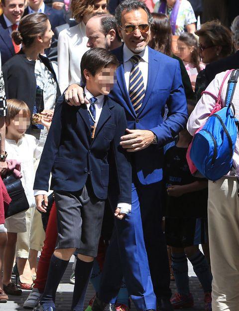 Trousers, Collar, Outerwear, Coat, Style, Suit, Tie, Bag, Formal wear, Dress shirt,