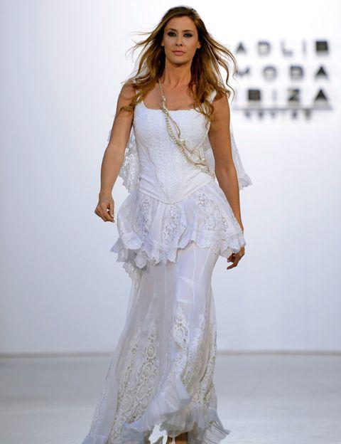 Shoulder, Textile, Fashion model, Style, Formal wear, Fashion show, Gown, Fashion, Model, Waist,