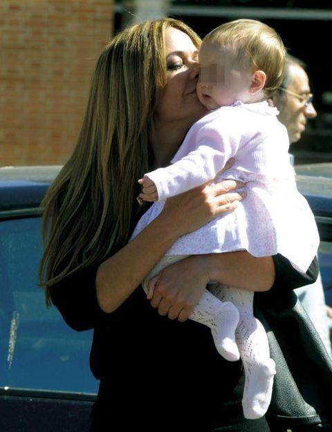Finger, Child, Comfort, Baby & toddler clothing, Interaction, Vehicle door, Love, Toddler, Hug, Blond,