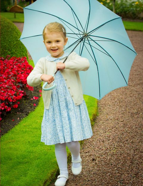 Green, Sleeve, Umbrella, Textile, Leaf, Happy, People in nature, Baby & toddler clothing, Shrub, Petal,