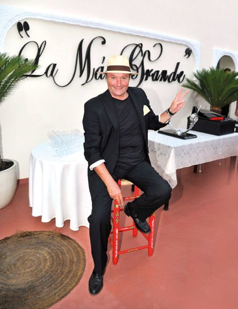 Trousers, Hat, Formal wear, Costume accessory, Flowerpot, Suit trousers, Sun hat, Houseplant, Tuxedo, Arecales,