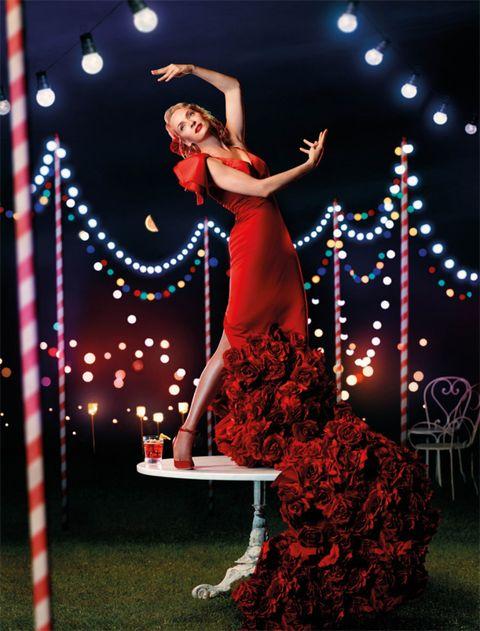 Entertainment, Performing arts, Artist, Performance art, Abdomen, Dancer, Waist, Dance, High heels, Costume,