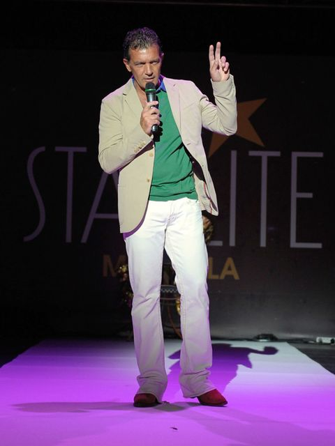Dress shirt, Shoe, Entertainment, Microphone, Purple, Stage, Formal wear, Blazer, Performance, Suit trousers,