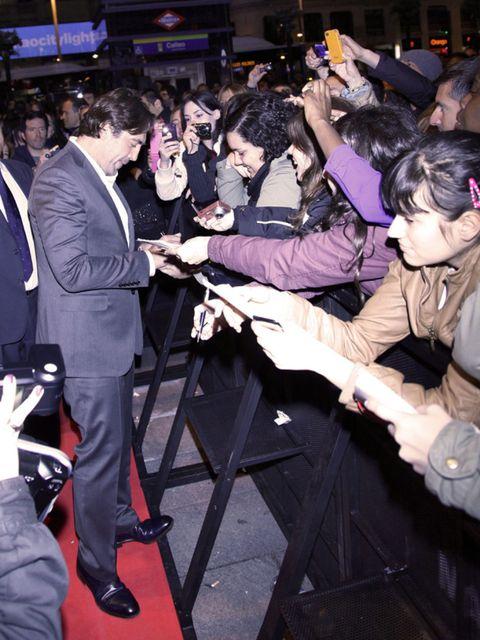 Arm, Shoe, Suit, Suit trousers, Crowd, Blazer, Audience, Party, Dress shoe, Carpet,