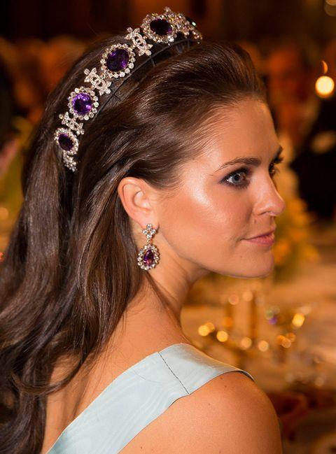Ear, Hairstyle, Forehead, Bridal accessory, Earrings, Eyebrow, Hair accessory, Fashion accessory, Headpiece, Eyelash,
