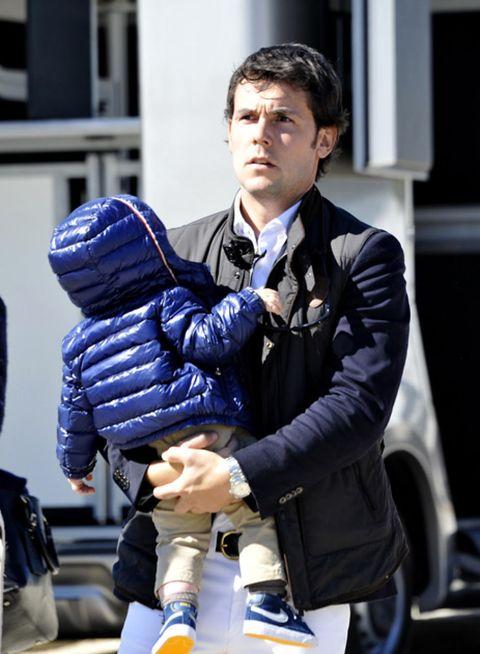 Glove, Jacket, Safety glove, Street fashion, Pocket, Fictional character,