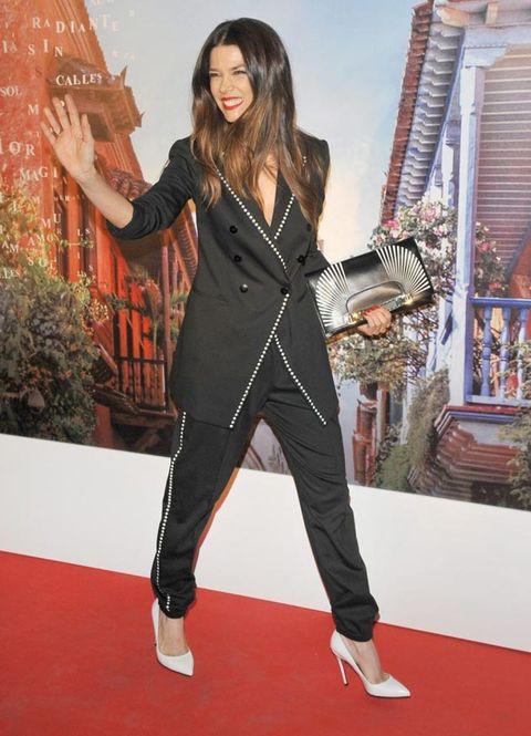 Flooring, Style, Carpet, Fashion, Street fashion, Fashion model, Red carpet, Long hair, Fashion design, Leather,