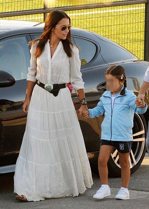 Land vehicle, Trousers, Shoe, Dress, Outerwear, Vehicle door, Shorts, Street fashion, Rim, Alloy wheel,