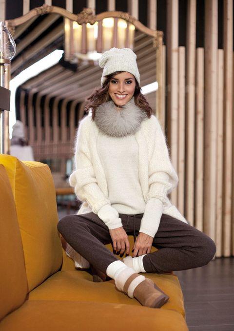 Lighting, Human body, Comfort, Textile, Sitting, Winter, Knee, Street fashion, Thigh, Beige,