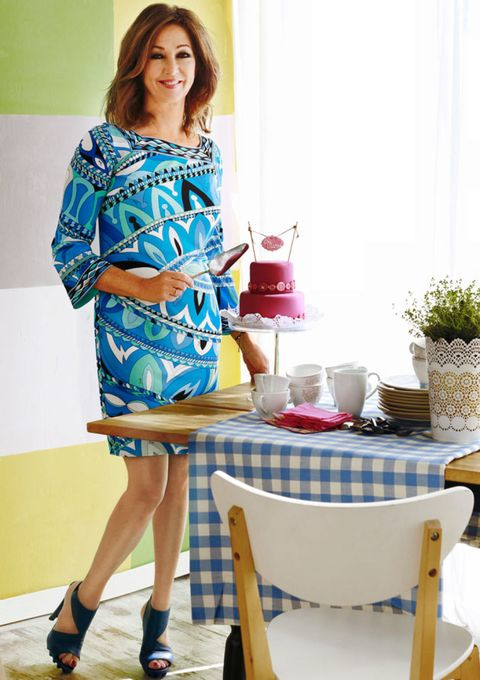 Furniture, Table, Flowerpot, Dress, One-piece garment, Serveware, High heels, Houseplant, Sandal, Calf,