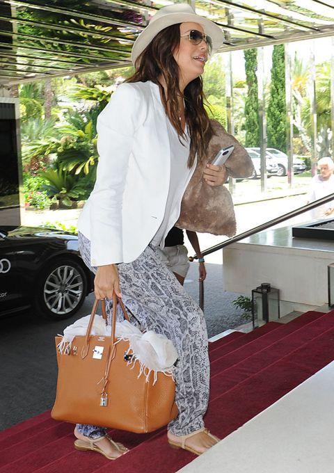 Bag, Alloy wheel, Luggage and bags, Fashion accessory, Fashion, Shoulder bag, Street fashion, Beige, Design, Long hair,