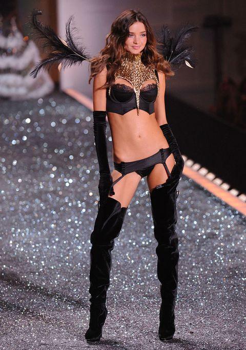 Hairstyle, Fashion model, Thigh, Long hair, Boot, Abdomen, Beauty, Waist, Fashion, Model,
