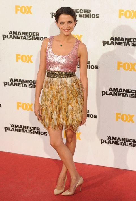 Human, Yellow, Shoulder, Flooring, Joint, Human leg, Style, Waist, Dress, Jewellery,