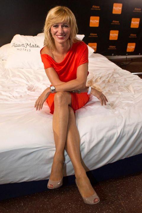Human, Human leg, Comfort, Textile, Linens, Elbow, Bedding, Knee, Bed, Bed sheet,