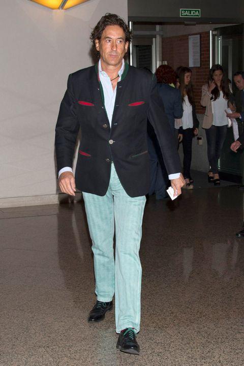 Clothing, Footwear, Leg, Trousers, Coat, Dress shirt, Collar, Shirt, Outerwear, Standing,