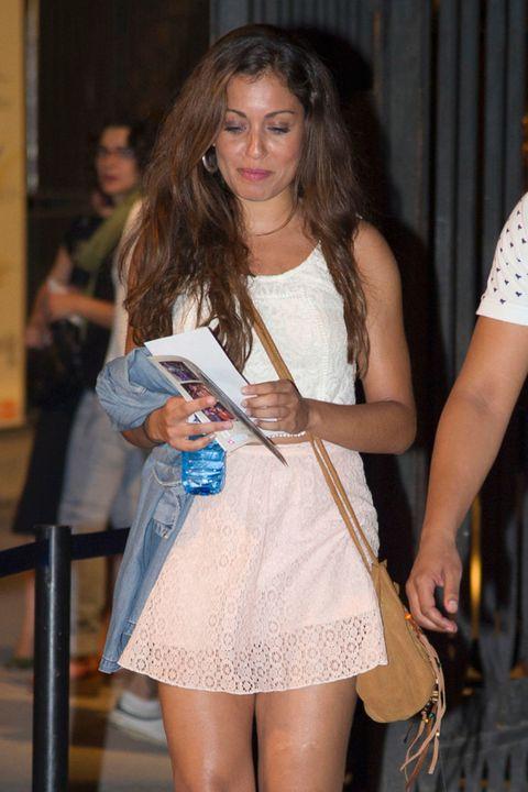 Bag, Fashion accessory, Thigh, Street fashion, Waist, Jewellery, Long hair, Brown hair, Layered hair, Handbag,