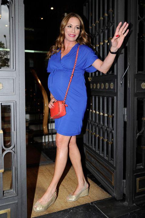 Finger, Dress, Shoulder, Human leg, Joint, Standing, One-piece garment, Formal wear, Cocktail dress, Day dress,