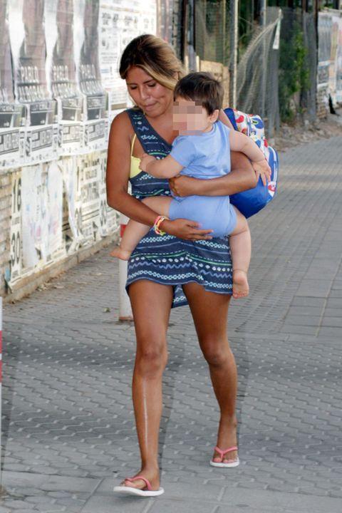 Leg, Shoulder, Human leg, Joint, Standing, Summer, Interaction, Thigh, Waist, Fashion,