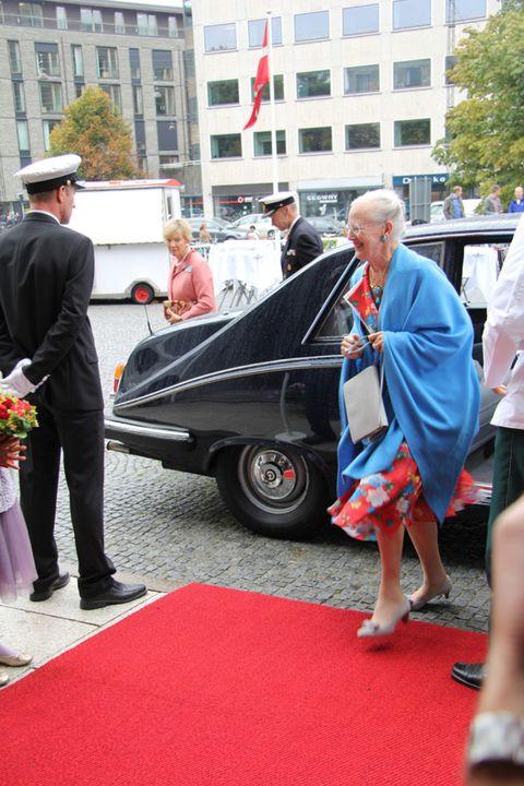 Land vehicle, Carpet, Ceremony, Luxury vehicle, Sandal, Fedora, Classic car, Foot, Slipper, Classic,