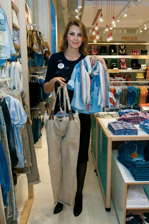 Textile, Retail, Bag, Fashion, Clothes hanger, Street fashion, Luggage and bags, Market, Fashion design, Boutique,
