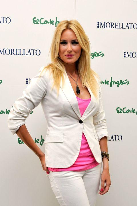 Sleeve, Shoulder, Collar, Joint, Outerwear, Style, Fashion accessory, Blazer, Waist, Fashion,