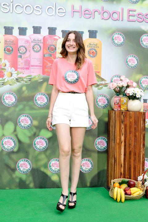 Human leg, Textile, Pink, Style, Fashion accessory, Knee, Beauty, Thigh, Fashion, Logo,