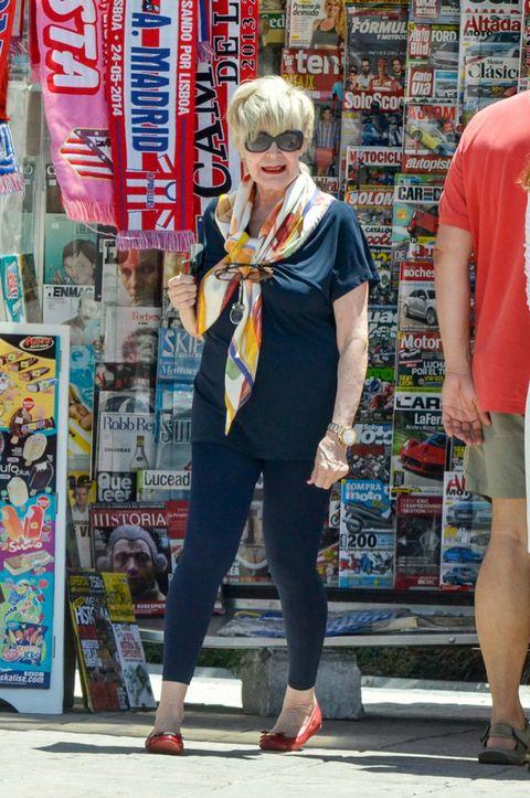Leg, Shoe, Style, Street fashion, Bangs, Thigh, Retail, Calf, Active pants, Sandal,