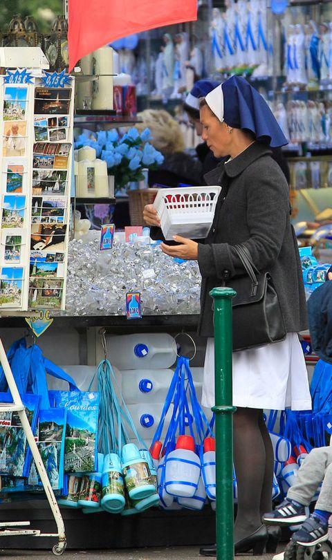Retail, Trade, Marketplace, Bag, Service, Street fashion, Market, Customer, Selling, Shopping,
