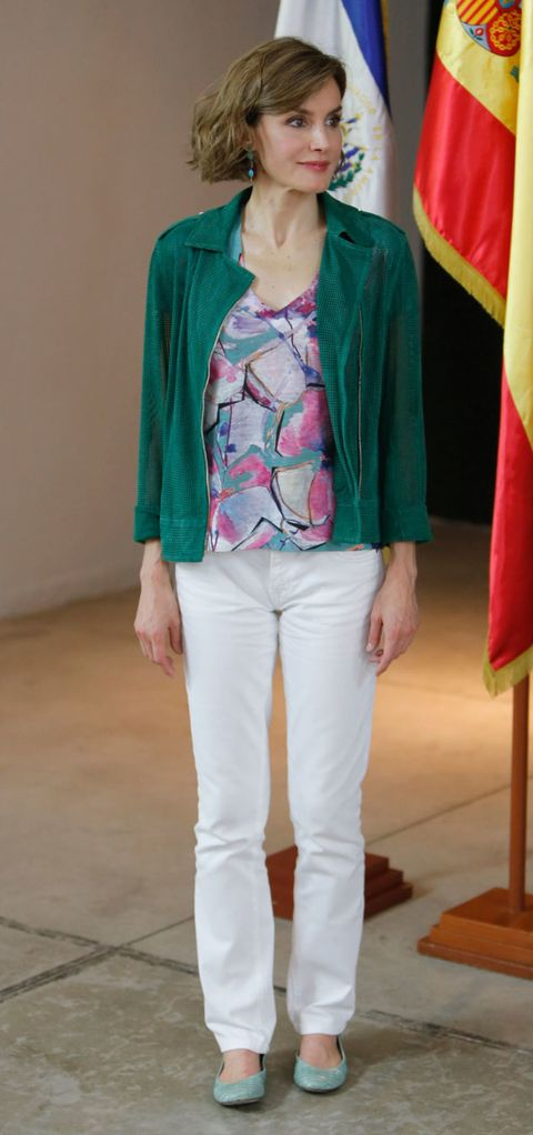 Flag, Sleeve, Green, Shoulder, Textile, Joint, Outerwear, Standing, White, Floor,