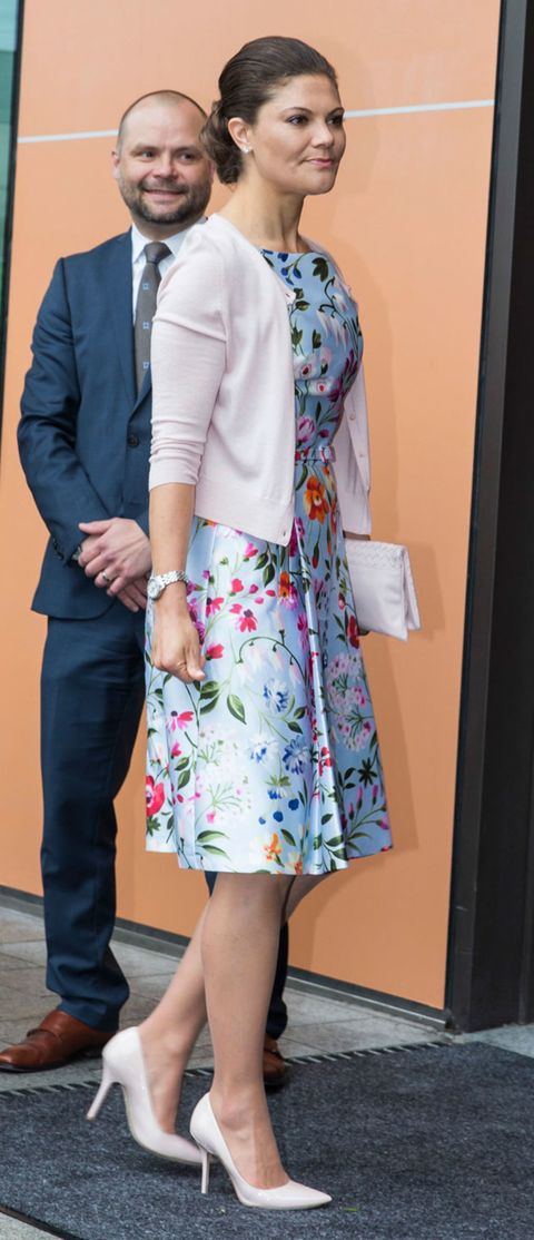 Clothing, Sleeve, Textile, Collar, Outerwear, Coat, Formal wear, Interaction, Pattern, Fashion,