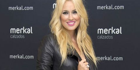 Product, Hairstyle, Sleeve, Facial expression, Blond, Step cutting, Long hair, Jacket, Feathered hair, Blazer,
