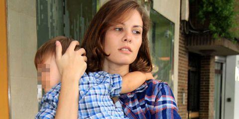 Plaid, Finger, Hairstyle, Shoulder, Tartan, Pattern, Collar, Eyelash, Brown hair, Long hair,