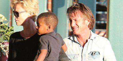 Charlize Theron con su hijo mayor, Jackson, y su ex pareja, Sean Penn.