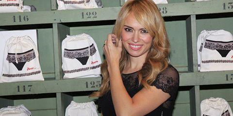 Style, Fashion accessory, Fashion, Blond, Retail, Eyelash, Brown hair, Long hair, Bag, Feathered hair,