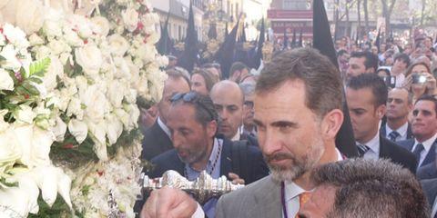 Petal, Outerwear, Coat, Suit, Flower, Formal wear, Crowd, Bouquet, Cut flowers, Tie,