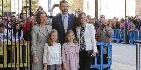 People, Temple, Crowd, Tie, Street fashion, Sun hat, Fedora, Family, Ceremony,