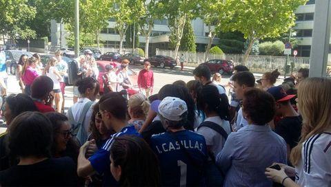 Hair, Crowd, People, Social group, Mammal, Hat, Community, Interaction, Cap, Baseball cap,