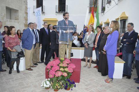 Footwear, Bouquet, Suit, Flag, Petal, Suit trousers, Flower Arranging, Ceremony, Blazer, Floristry,