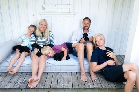 Leg, People, Fun, Comfort, Human body, Sitting, Social group, Human leg, Photograph, Barefoot,