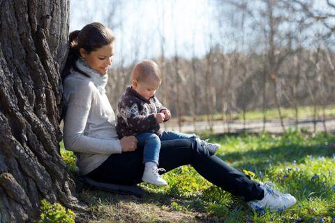 Leg, Jeans, Mammal, People in nature, Child, Denim, Sitting, Trunk, Love, Toddler,