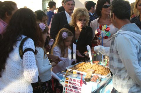 Hair, Cuisine, Sharing, Dish, Sunglasses, Tie, Snack, Recipe, Street food, Side dish,