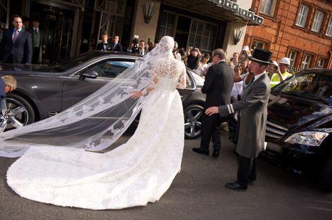 Clothing, Land vehicle, Vehicle, Bridal clothing, Automotive design, Dress, Suit, Car, Coat, Formal wear,